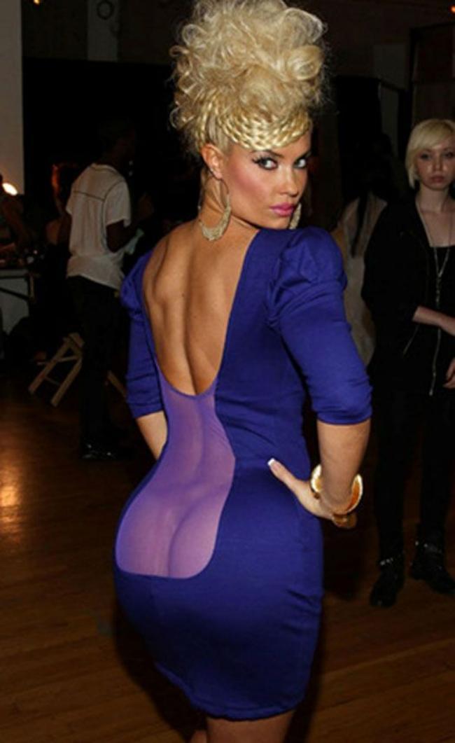 зрелая женщина в обтягивающем платье сиреневом спина на половина открыта другая половина из прозрачного материала просвечивает жопа