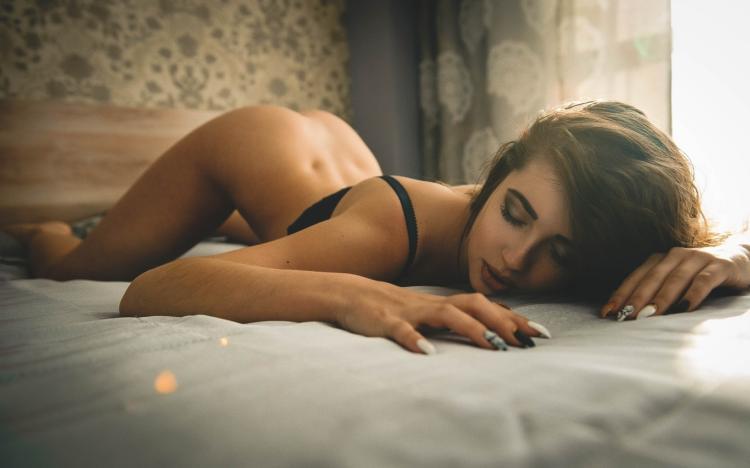 Анастасия Ивлеева фото горячее лежит на животе приподняв голый зад