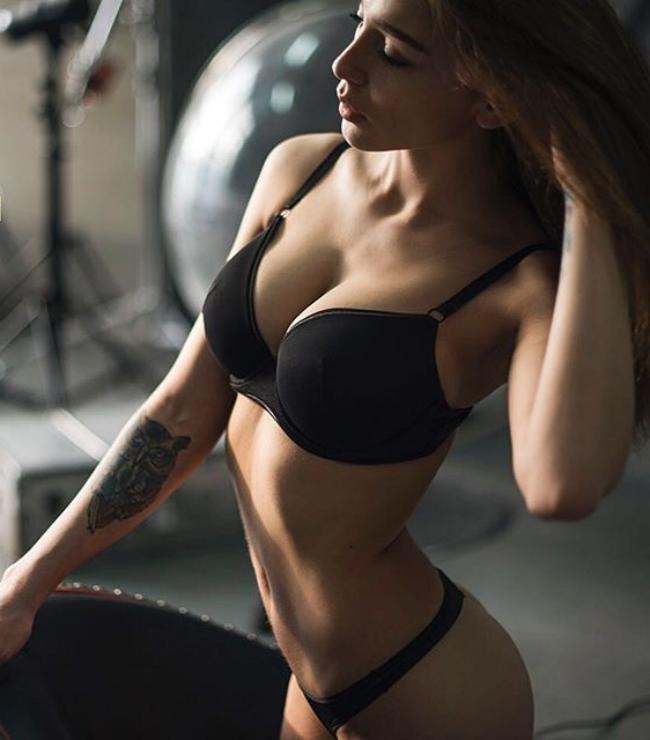 Анастасия Ивлеева горячее фото в черном нижнем белье вид сбоку