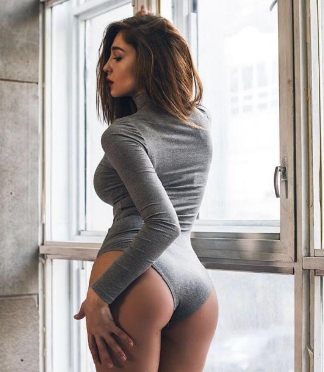Анастасия Ивлеева фото в сером боди с длинным рукавом вид со спины