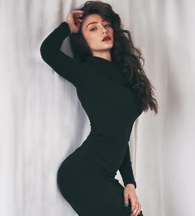 Анастасия Ивлеева фото в черном обтягивающем платье с распущенными волосами