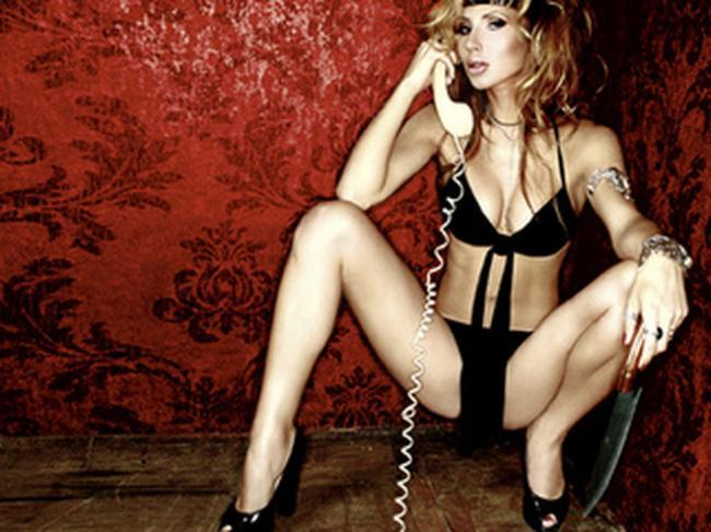 Светлана Лобода фото горячие сидит широко расставив ноги в черном нижнем белье, туфли на каблуке, трубка проводного телефона поднесена к уху