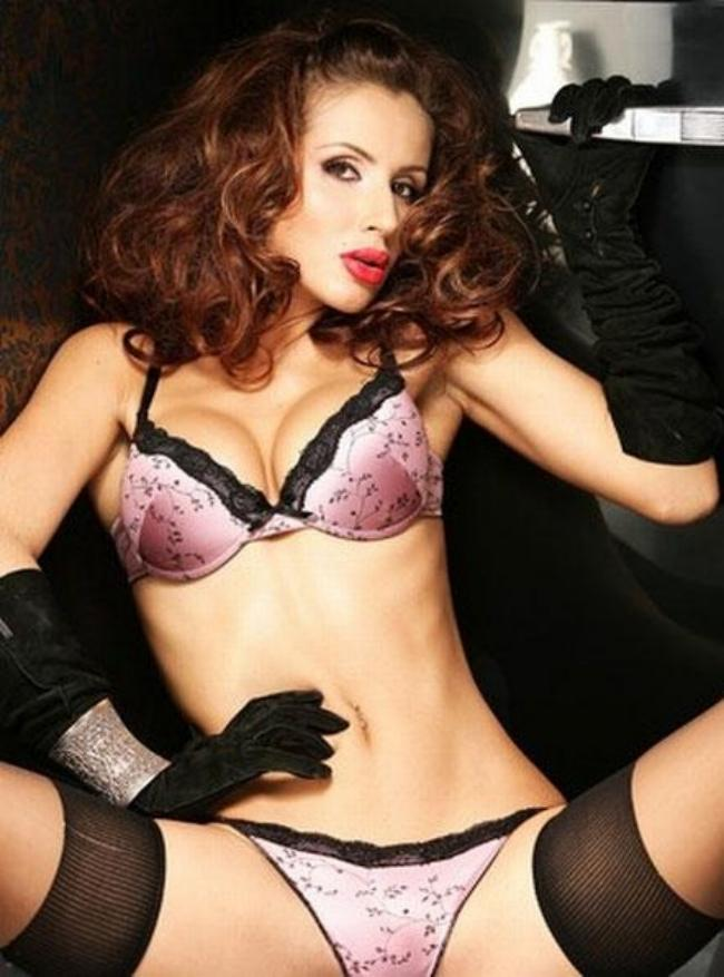 Светлана Лобода фото горячие в красивом нижнем белье, черных чулках, черных высоких перчатках, сидит широко расставив ноги