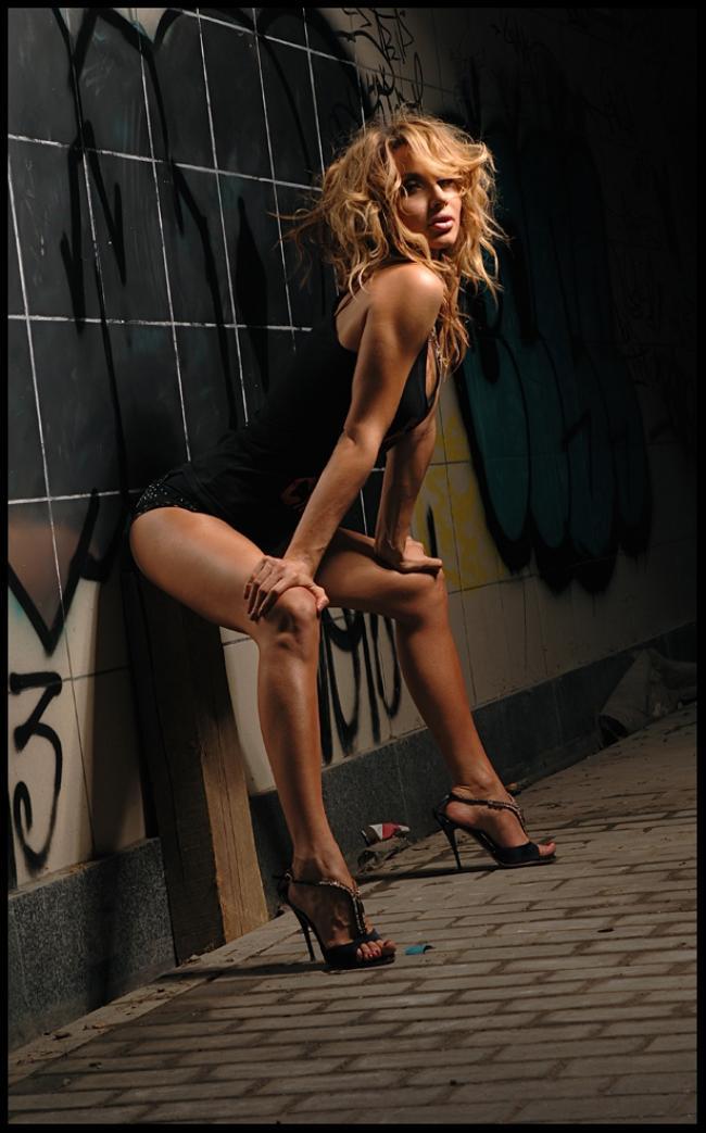 Лобода Светлана фото стоит полу согнувшись у стены в коротком черном платье