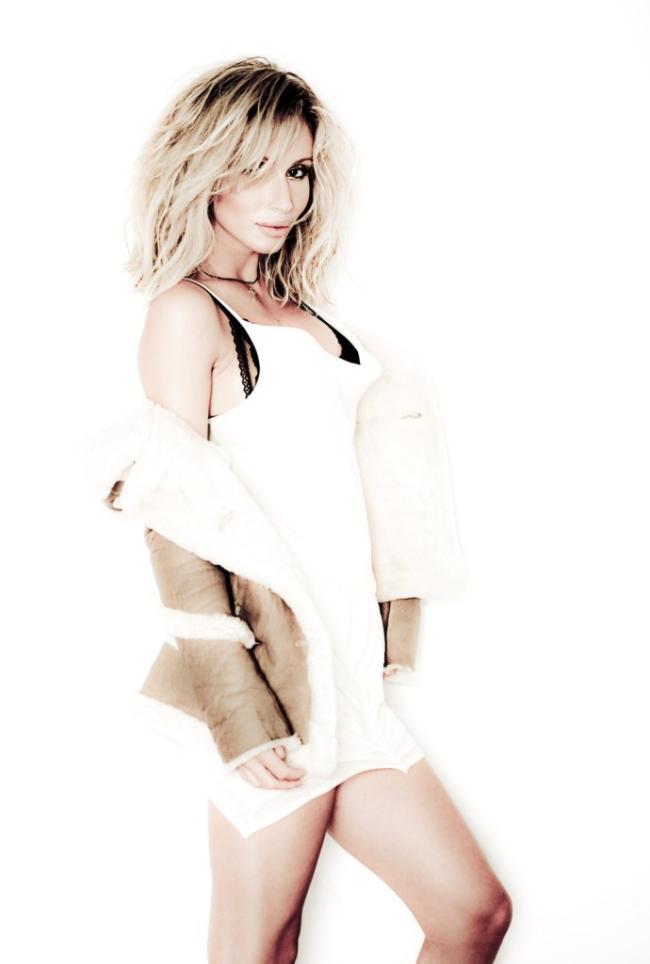 Светлана Лобода фото стоит в необыкновенном белом одеянии