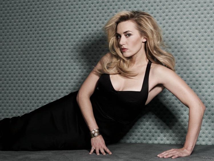 Кейт уинслет горячие в черном сарафане с глубоким декольте, отрытыми плечами, руками оперлась на пол