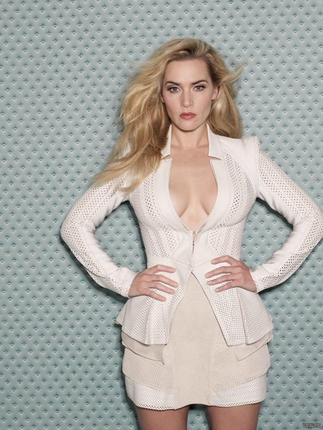 Кейт уинслет фото в белом костюме, глубокое декольте, короткая юбка стоит, руки на поясе, волосы распущены