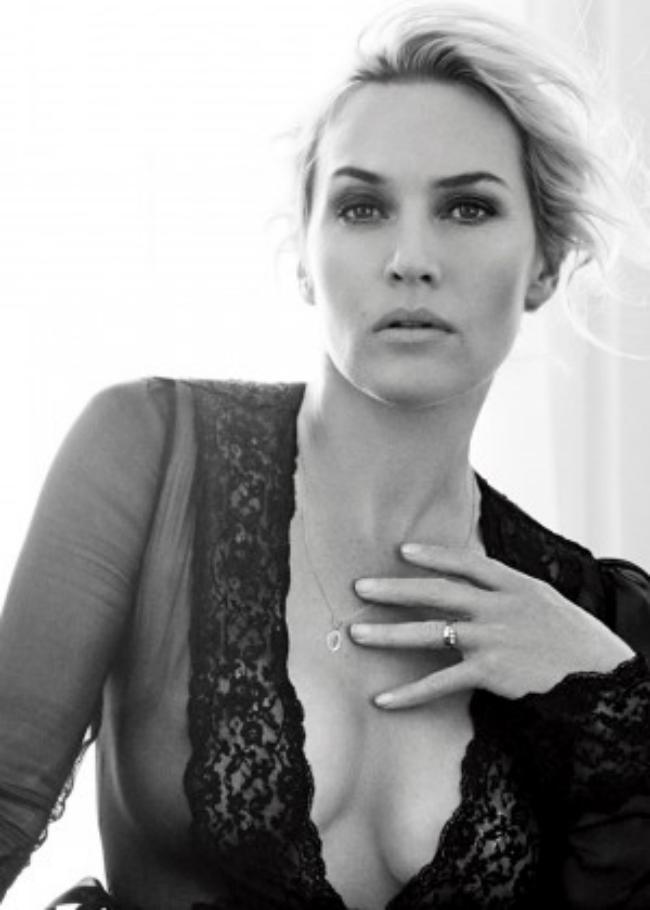 Кейт Уинслет черно белое фото в просвечивающейся рубашке