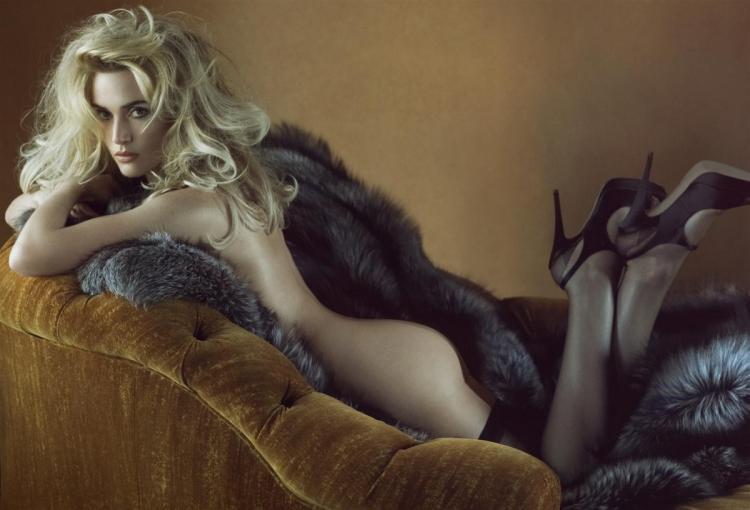 кейт уинслет обнаженная лежит на животе на диване, ножки согнув в коленях, немного прикрыта меховой накидкой