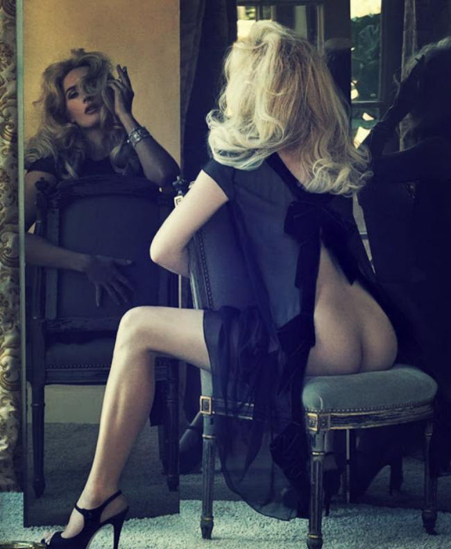 кейт уинслет горячие, сидит на стуле возле зеркала с голым задом, ноги, туфли на каблуке
