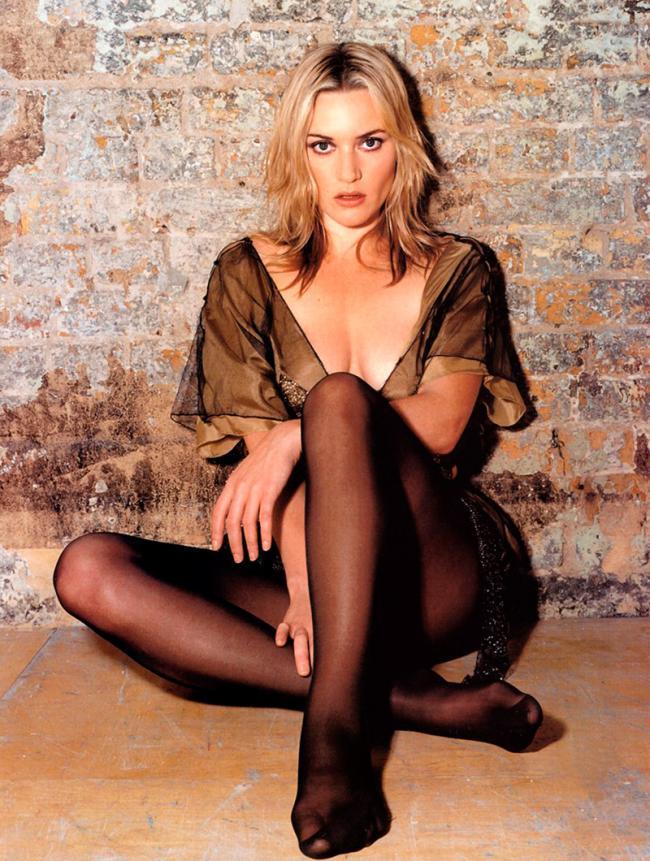 фото Кейт Уинслет сидящей у кирпичной стены в прозрачном пеньюаре и черных колготках