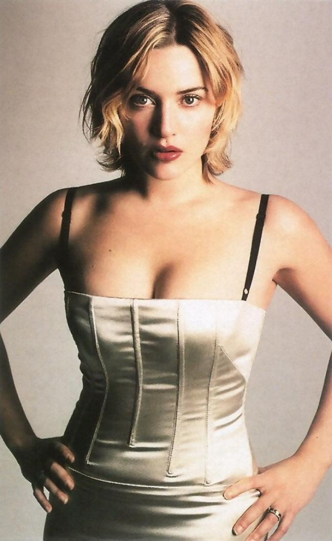 Кейт уинслет фото стоит руки на бедрах в обтягивающем платье