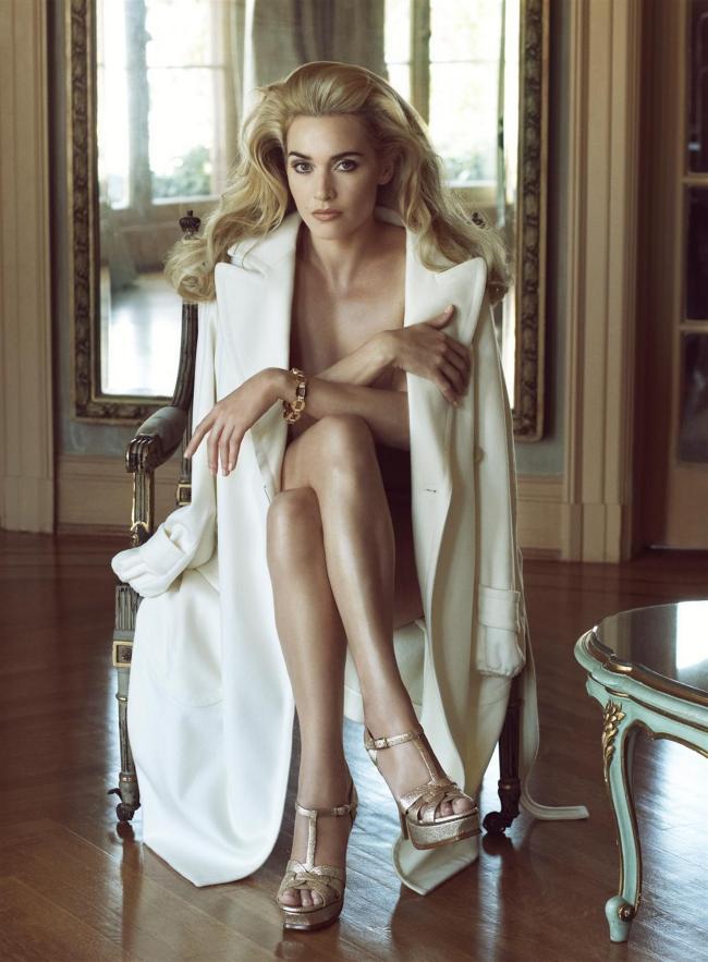 Кейт Уинслет сидит на кресле в белом пальто накинутом на голое тело