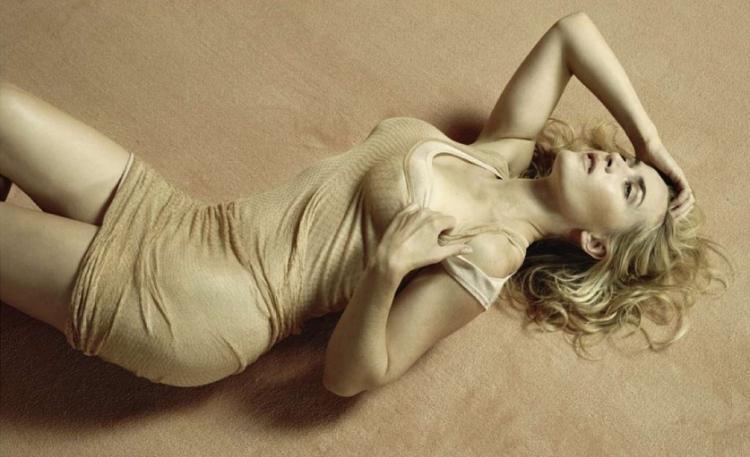 Кейт уинслет горячие лежит на спине в обтягивающем платье, изогнулась, платье немного задрано, ножки оголены, одной рукой стягивает плечико. поза томная м сексуальная