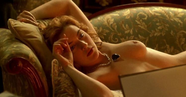 фото Кейт Уинслет лежит на диване с голой грудью