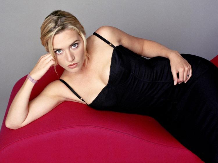 Кейт уинслет горячие лежит на боку в черном сарафане с глубоким декольте. вид сверху