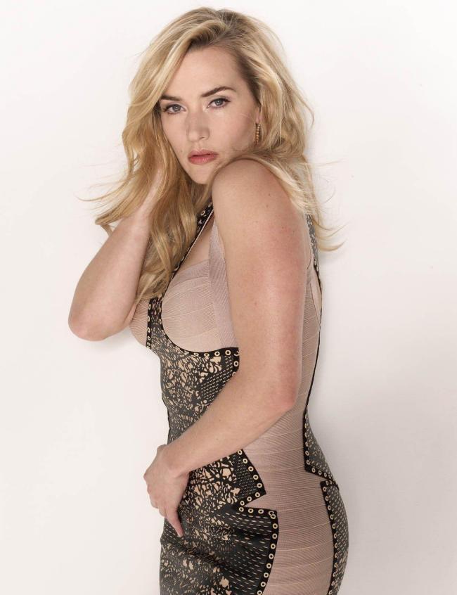 Кейт уинслет горячие стоит вполоборота в бежевом обтягивающем платье, макияж строгий взгляд
