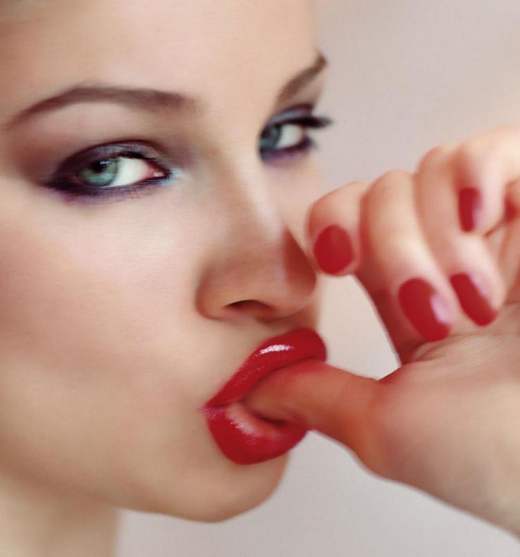 Красивыве губы красная помада сосет большой палец