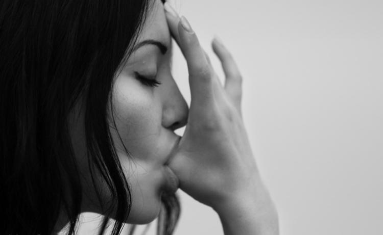 Девушка сосет палец большой палец глубоко вид сбоку