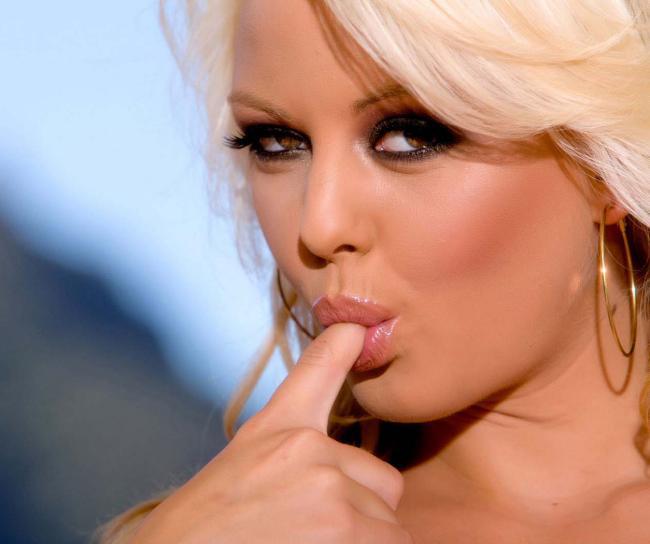Зрелая секси блондинка эротично сосет палец