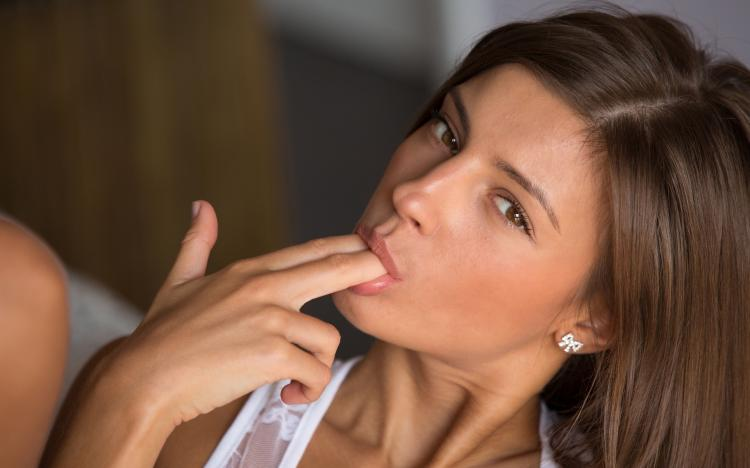 Девушка сосет пальцы два, натуральные губки