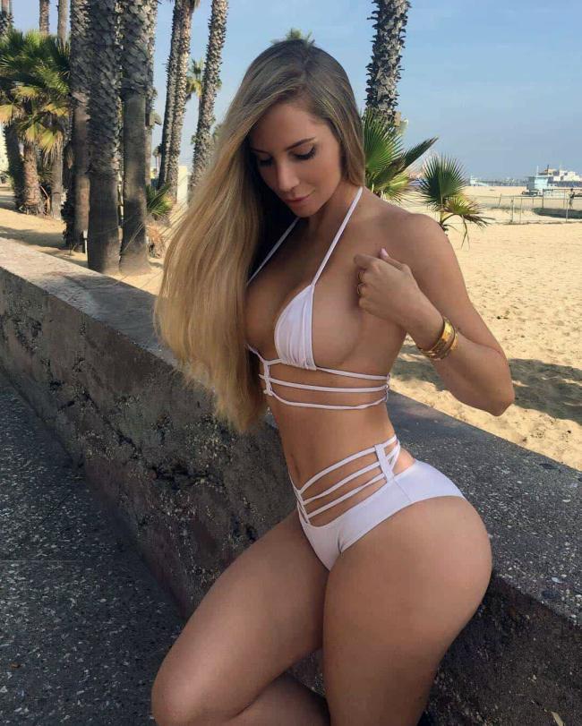 Аманда Ли фото на пляже в сексуальном белом купальнике