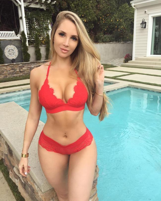 Аманда Ли фото в красном красивом купальнике у бассейна с голубой водой
