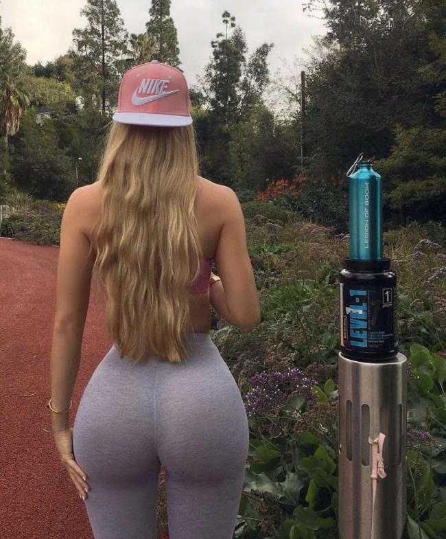 Аманда Ли фото в парке вид сзади, шикарная жопа, красивые распущенные волосы