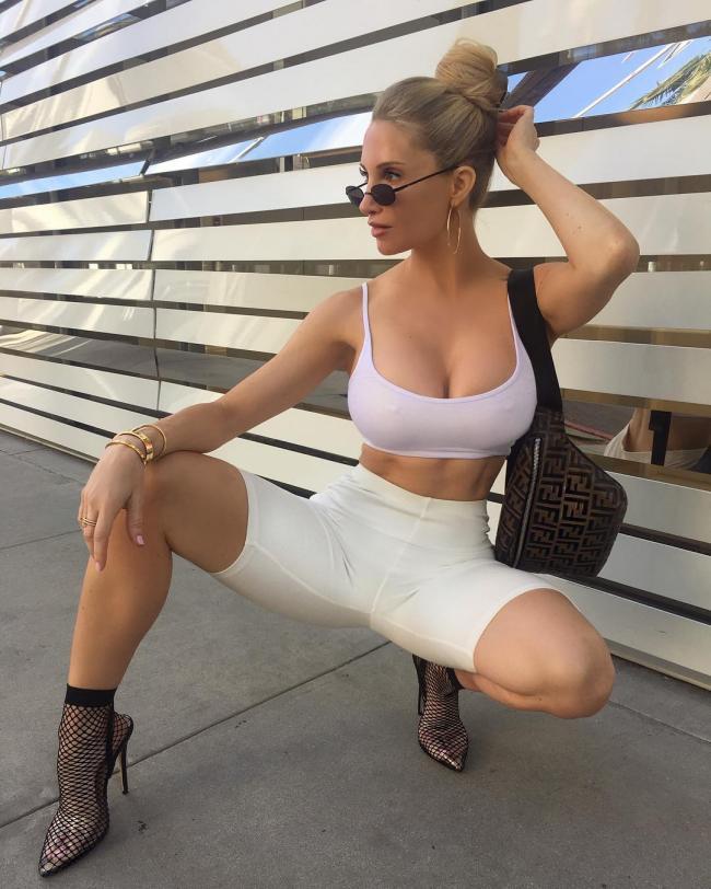 Аманда Ли фото в сексуальной позе присела расставив широко ноги, черные ажурные носочки белые длинные шорты, очки, супер бомба