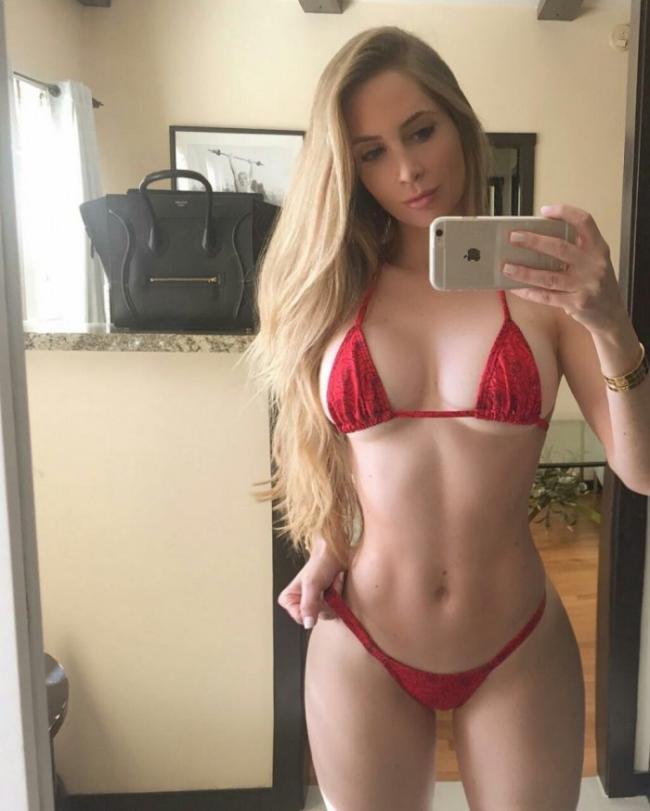 Аманда Ли горячее фото стоит в красном купальнике бикини делает селфи