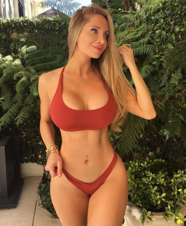 Аманда Ли фото в красном купальнике, на фоне деревьев томный взгляд, красивая улыбка