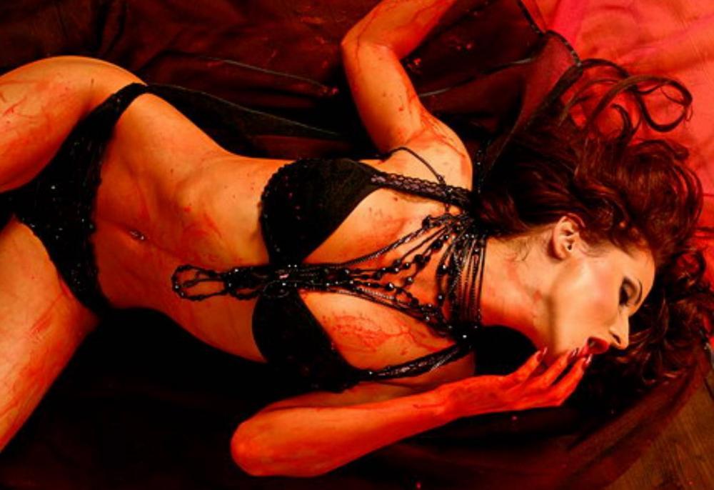 Светлана Лобода фото горячие в черном нижнем белье, черные бусы на красном фоне лежит