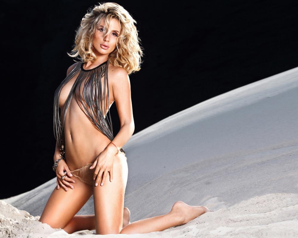 Светлана Лобода голая стоит на коленях оттягивает телесного цвета бикини, немного прикрыта веревочками
