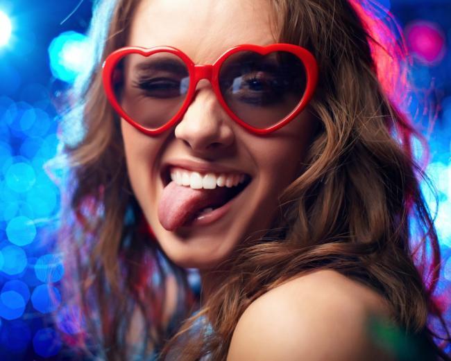 девушка в очках от солнца показывает язык фото