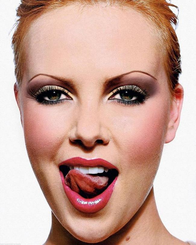 Облизывает языком белоснежные зубки.