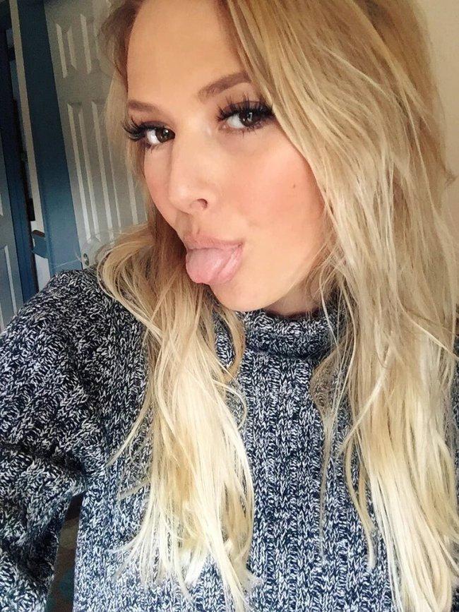 девушка красивая блондинка сексуально показывает язык фото