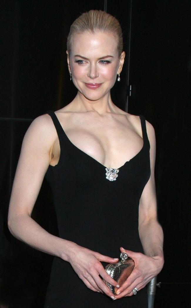 Николь Кидман фото в черном вечернем платье с очень большим декольте