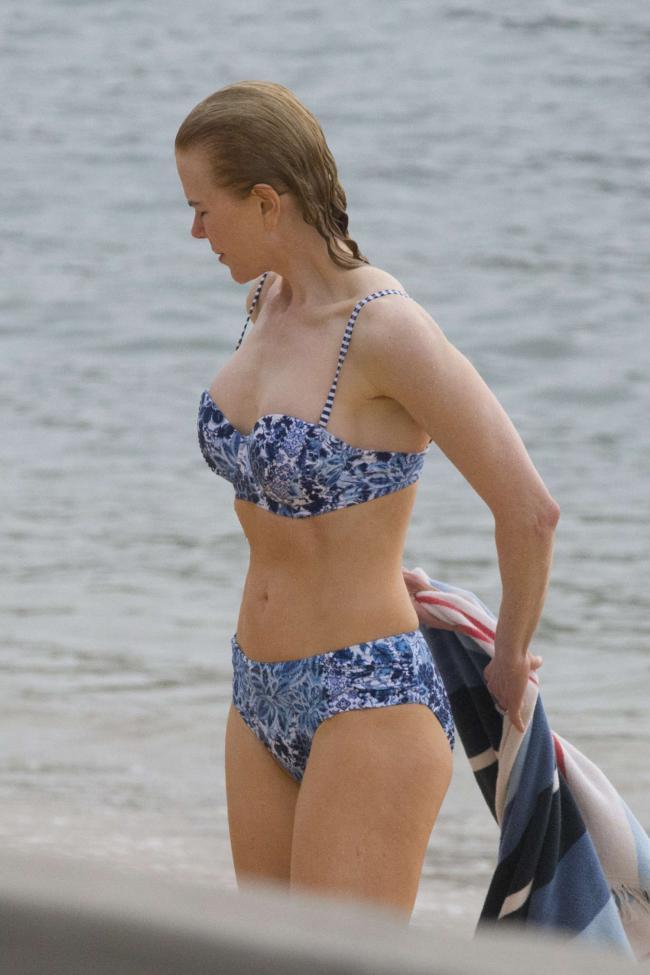 Николь Кидман фото частное в купальнике стоит по колено в океане