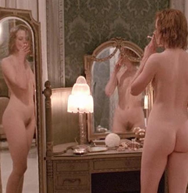 Голая Николь курит сигарету отображение в зеркале.