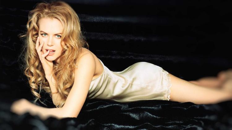 Николь Кидман фото лежит на диване на животев коротком пеньюаре пальчик во рту