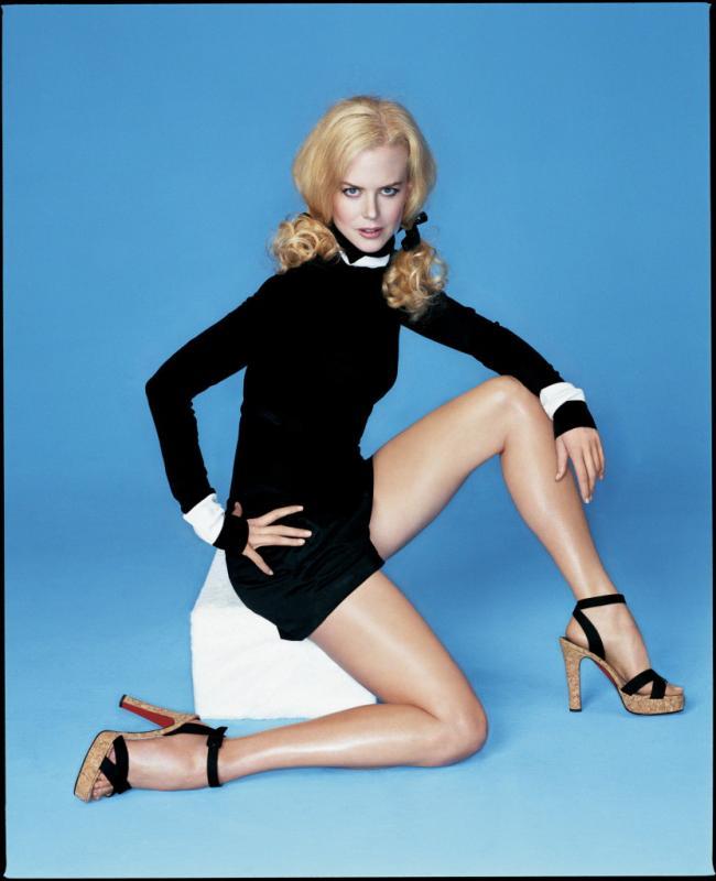 Как школьница с хвостиками в блестящих колготах, босоножки на высоком каблуке.