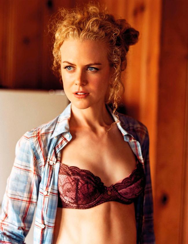 Николь Кидман в распахнутой рубашке показывает сексуальный бюстик