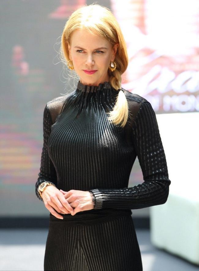 Николь Кидман фото стоит в черном закрытом обтягивающем платье с милой улыбкой на лице