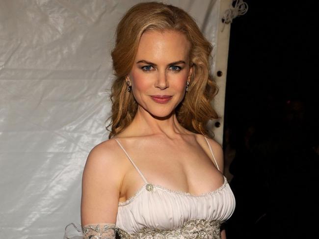 Николь Кидман фото по грудь, платье на тонких бретельках, глубокое декольте, улыбка