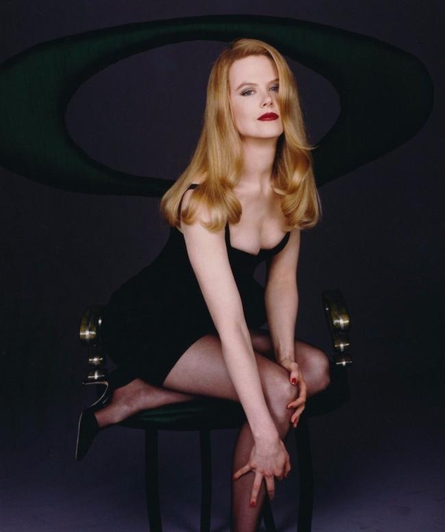 Николь Кидман фото в чулках в коротком черном пеньюаре сидит на стуле