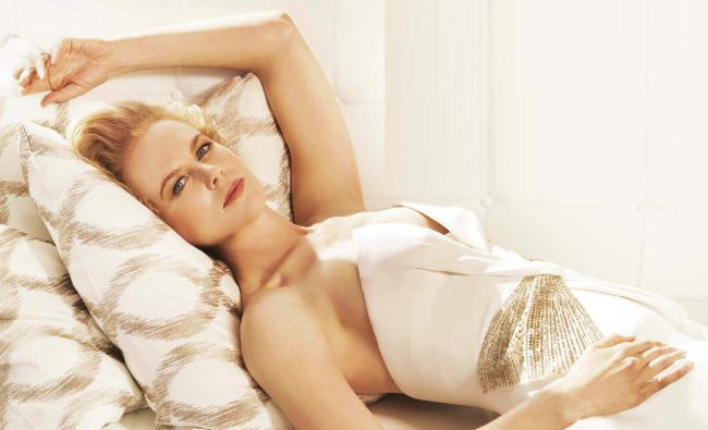 Николь Кидман фото лежит на кровати в платье подняв одну руку за голову