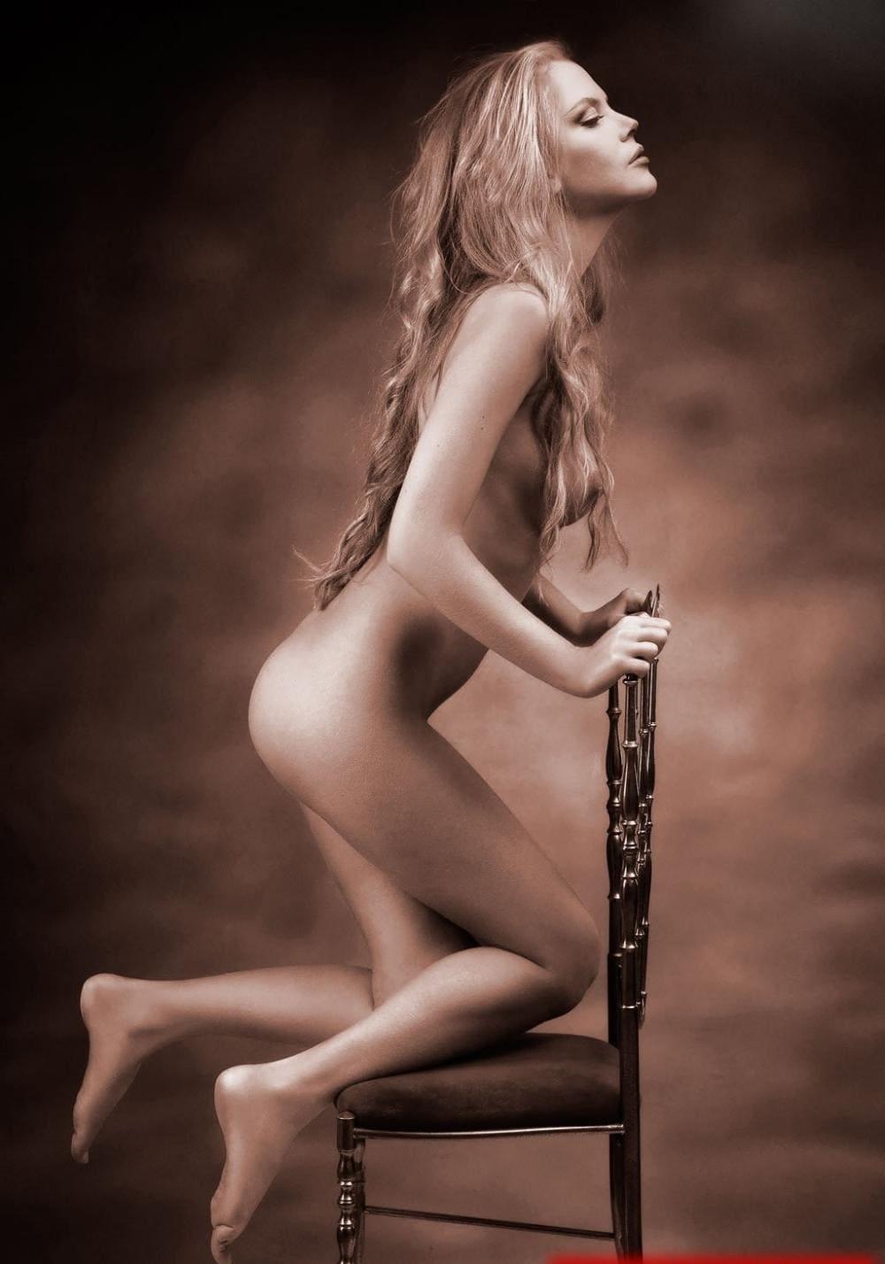 Николь Кидман голая стоит на коленях на стуле, вид сбоку