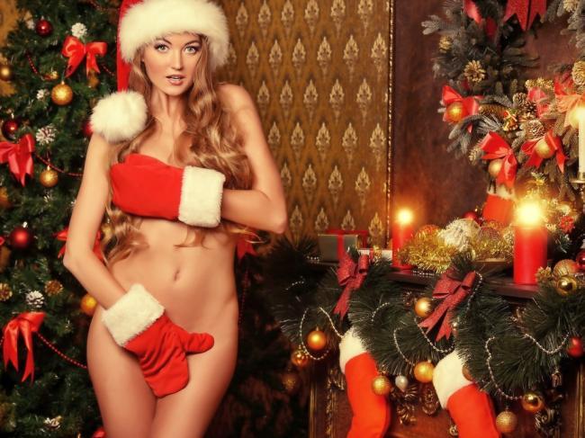 Голая в рукавицах меховых и шапочке новогодней