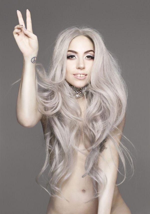 фото голой Леди Гаги прикрытая длинными волосами и показывающая знак победы - виктори