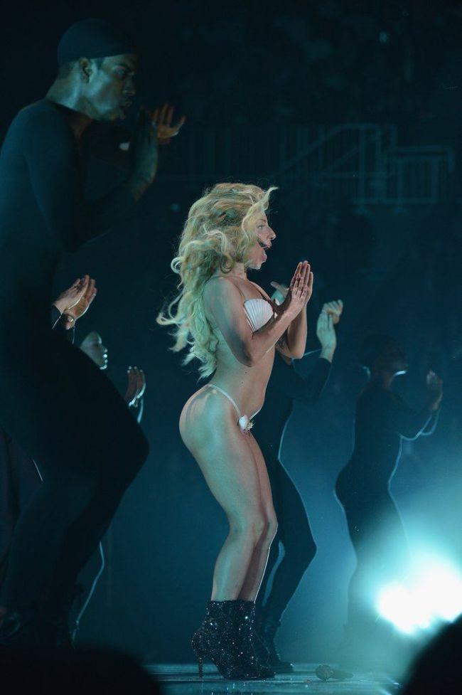 Леди Гага без каблуков фото на сцене в купальнике во время выступления
